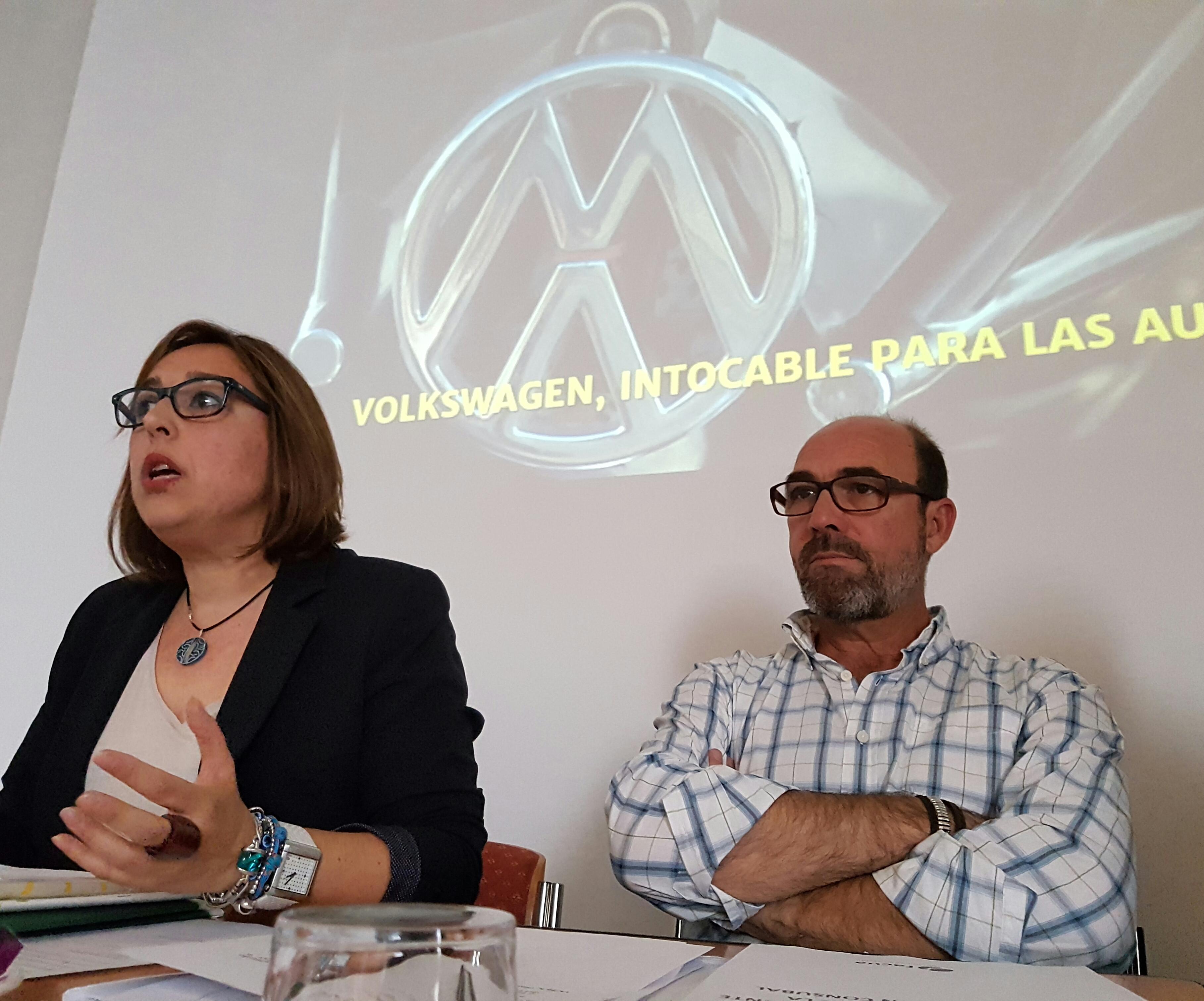 Olga Ruiz junto a Manuel Baus, que ha conducido el 3er Congreso de FACUA.