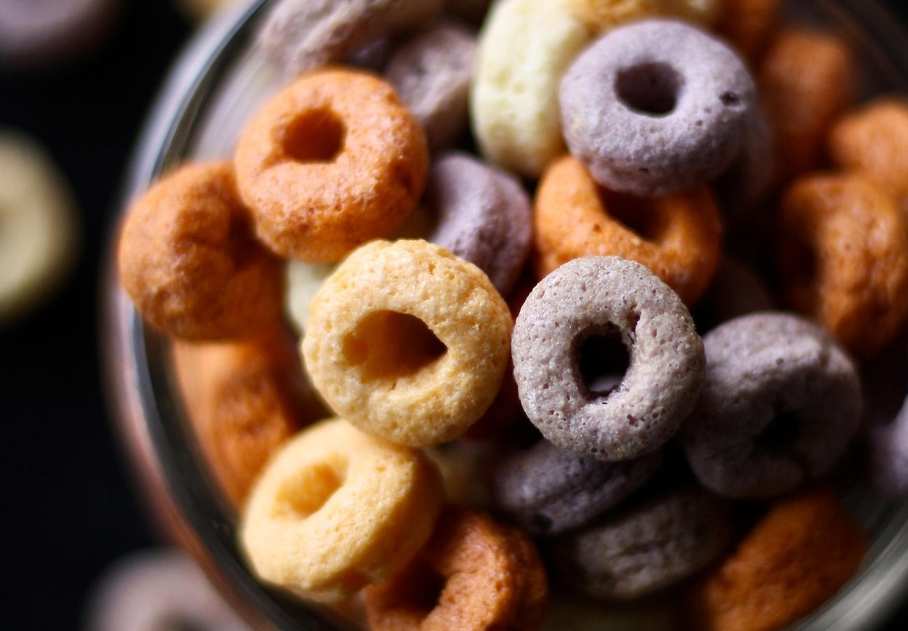 Alertan de que alimentos líderes en la UE no cumplen los criterios para comercializar a los niños
