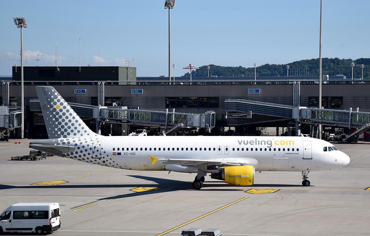 FACUA Málaga logra que Vueling compense a dos viajeros que tuvieron que dormir en el suelo del aeropuerto