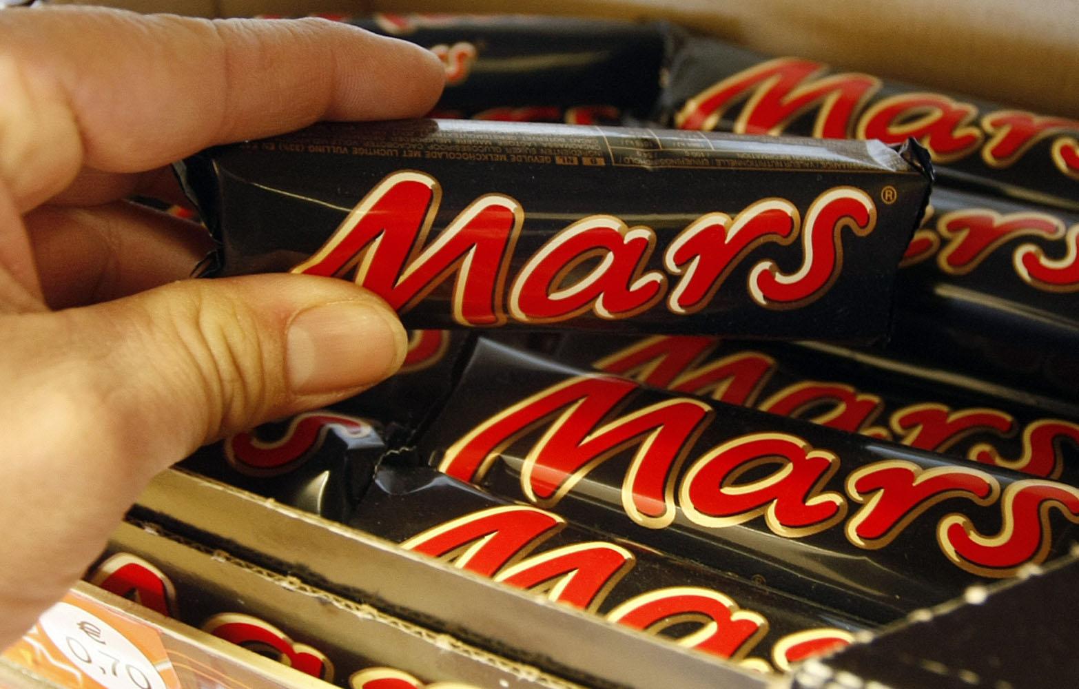 Mars retira productos en 55 países tras encontrar trozos de plástico en una barrita de Snickers