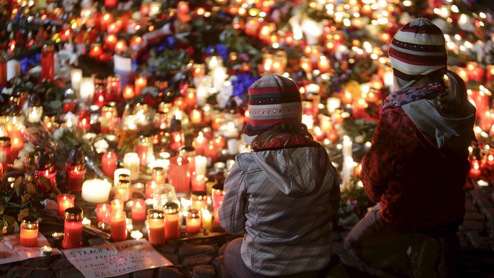 Los lugares de los atentados de París se convirtieron en zonas de peregrinaje para recordar a las víctimas. | Imagen: Reuters.