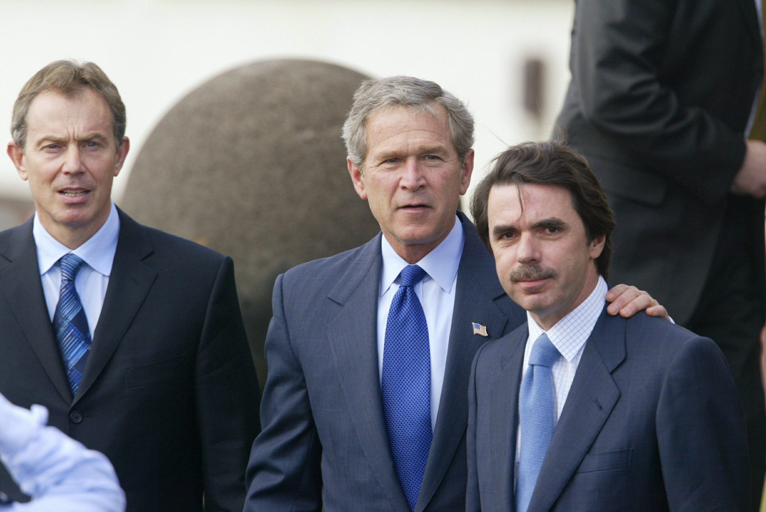 De izquierda a derecha, Tony Blair, George W. Bush y José María Aznar en la Cumbre de las Azores de 2003. | Imagen: Reuters.