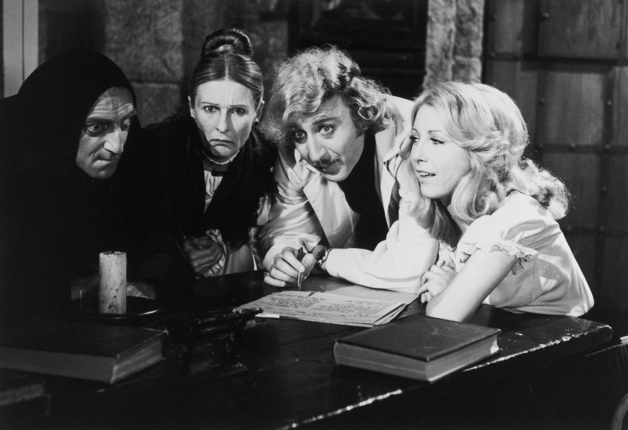 En uno de los laboratorios del Gobierno de Aznar se alumbró el nuevo mercado eléctrico y la idea de que los costes del sistema pudieran superar a los ingresos y convertirse en una deuda de los consumidores. | Imagen: Fotograma de 'El jovencito Frankenstein', de Mel Brooks (20th Century Fox).