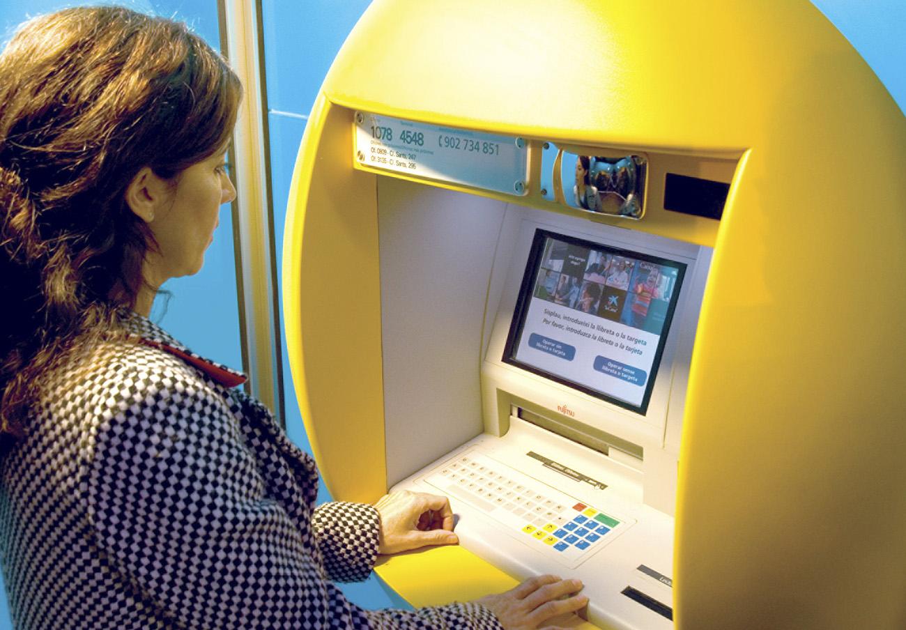 Los usuarios consideran las irregularidades en la subida de comisiones bancarias El Peor Abuso del Año