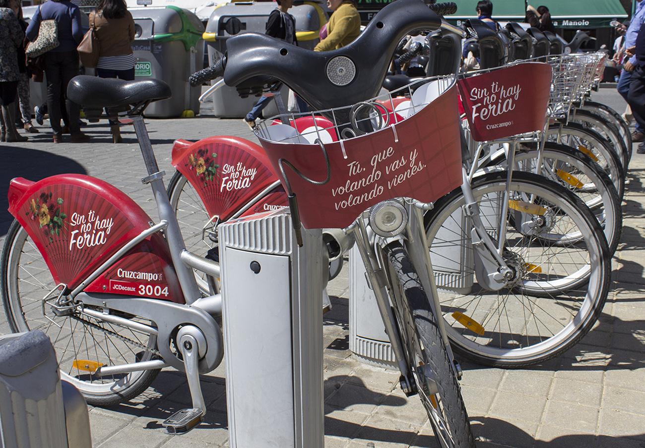 FACUA Sevilla denuncia a Sevici por permitir de nuevo publicidad de Cruzcampo en sus bicicletas