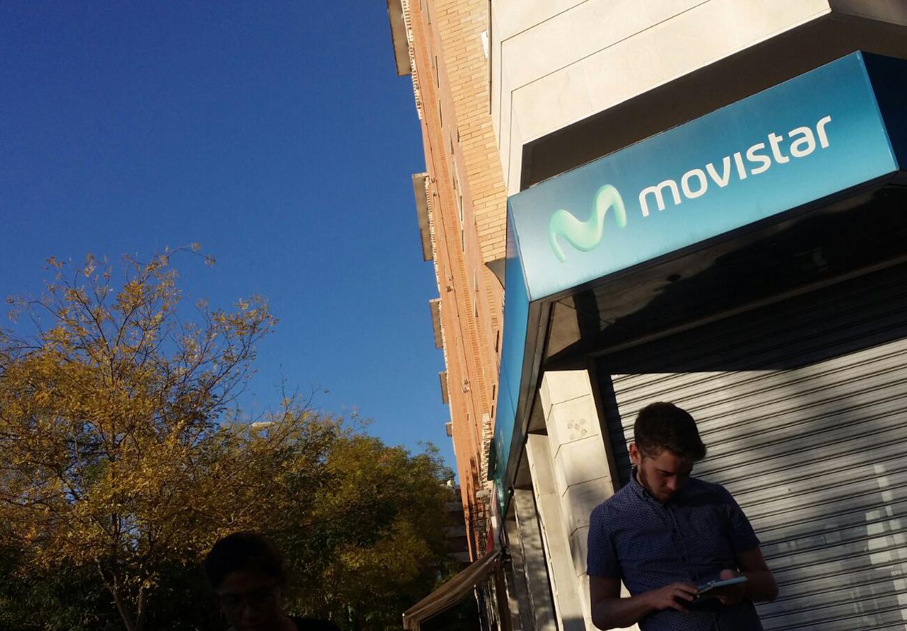 FACUA denuncia a Movistar por penalizar las bajas de sus tarifas Vive pese a ofrecerlas sin permanencia