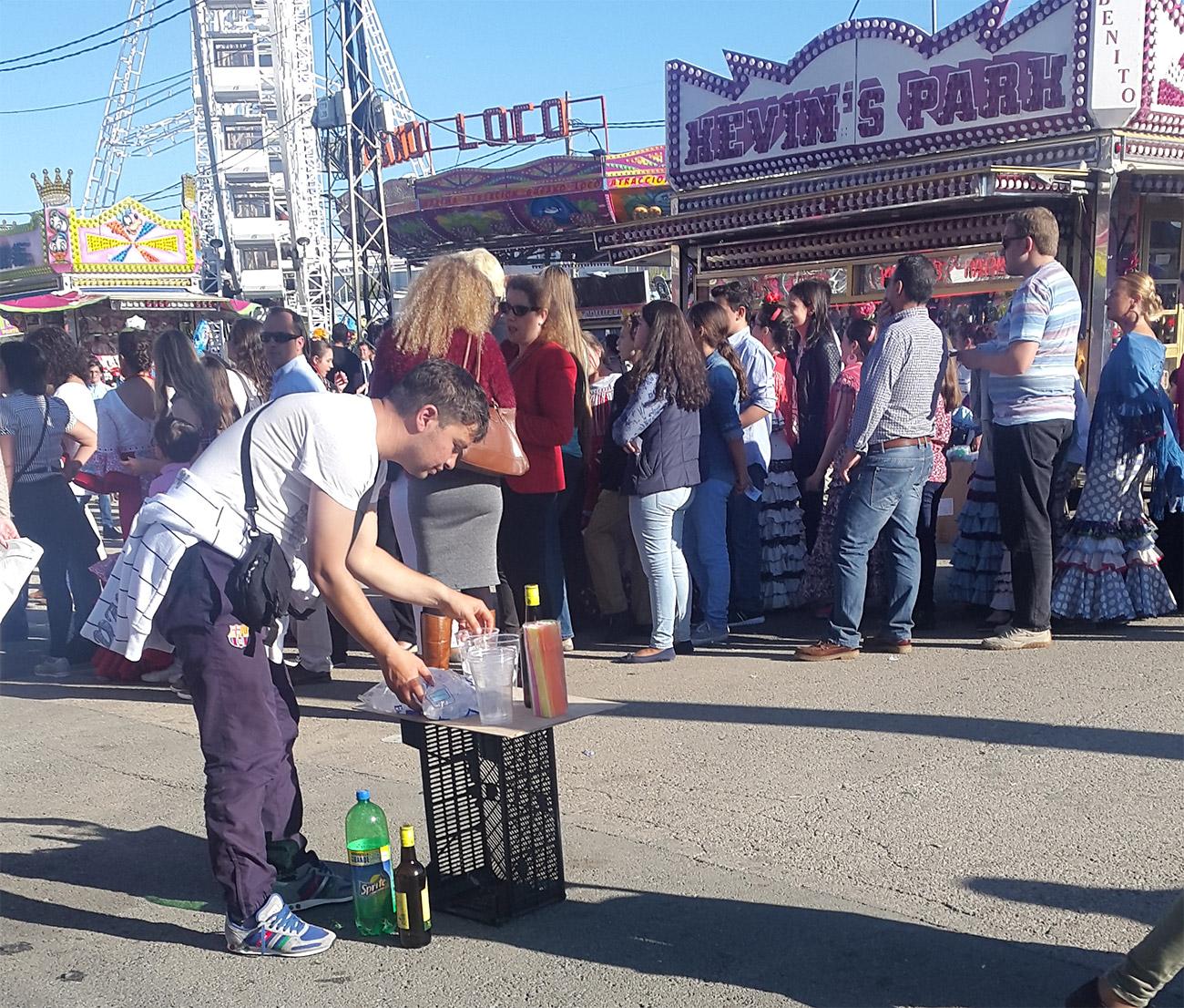 FACUA Sevilla denuncia una plaga de tenderetes ilegales en la Feria que venden tabaco y alcohol a menores