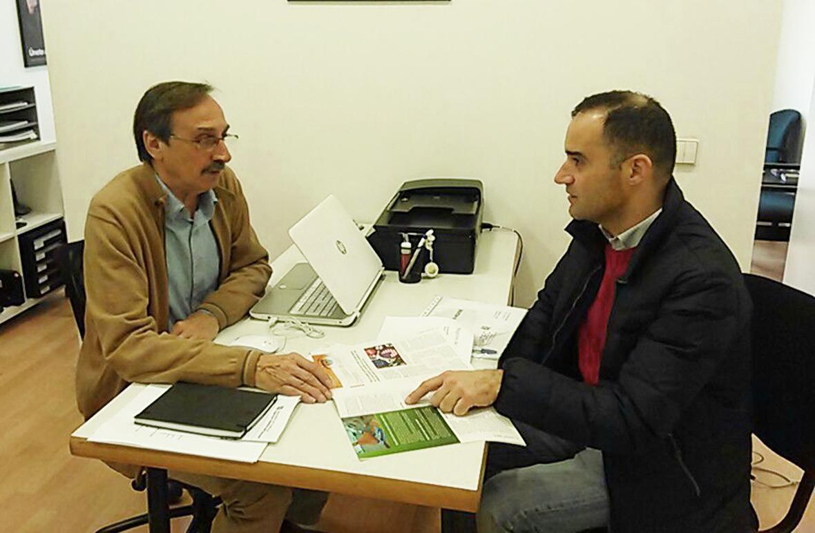 En la imagen, José Luis Nueno, presidente de FACUA Catalunya, y Josep Lladós, representante de la Asociación de Higienistas y Auxiliares Dentales de Catalunya.