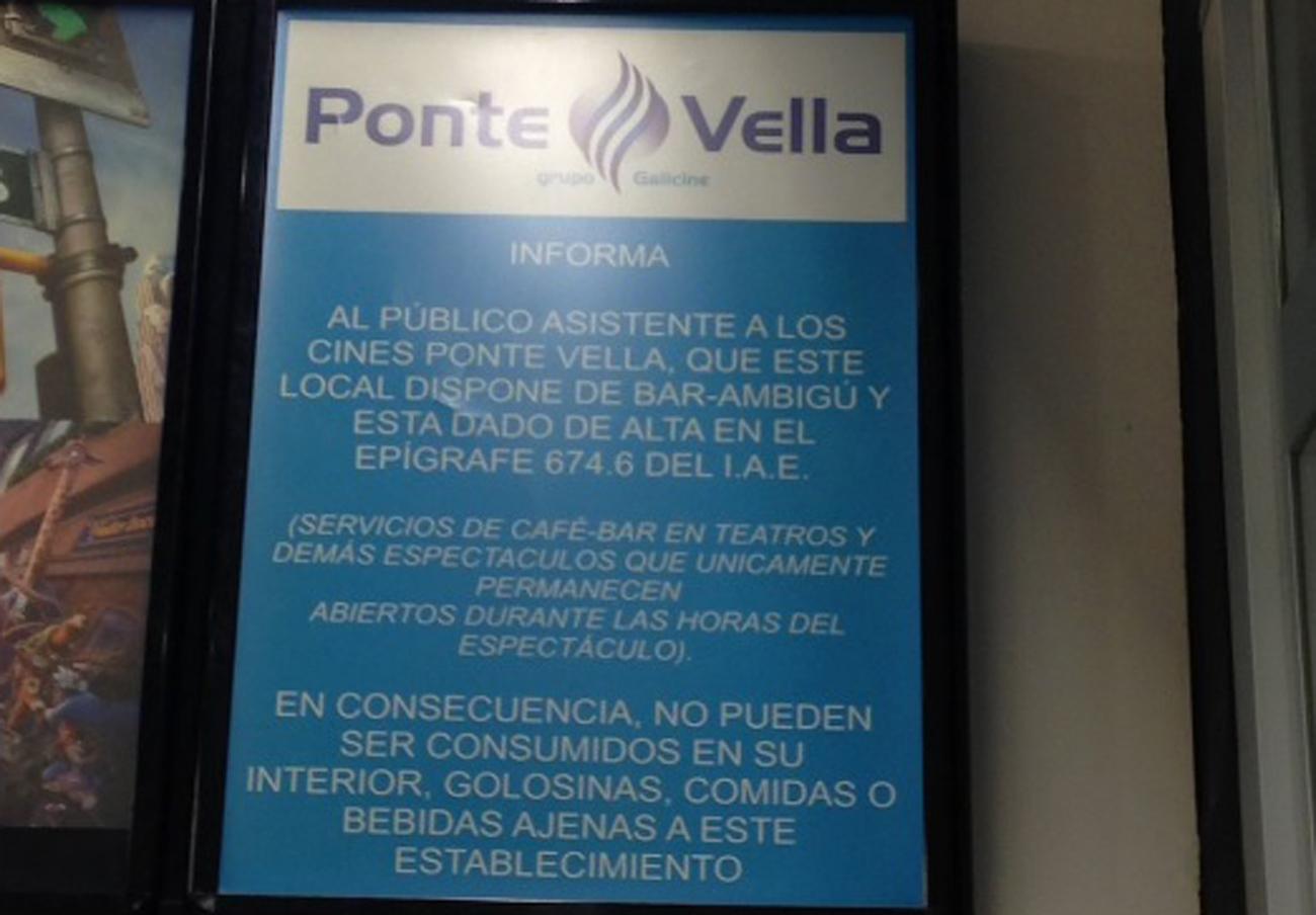 Cartel en una de las salas de Galicine en el que se anuncia la prohibición. | Imagen: Twitter (@carcarno).