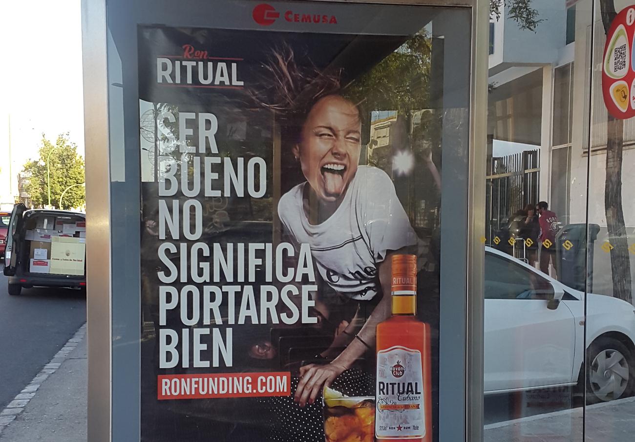 Anuncio de una bebida alcohólica a las puertas de un instituto de Sevilla. | Imagen: FACUA.