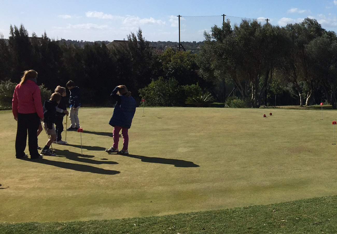 Del golf disfrutan habitualmente aficionados de todas las edades.