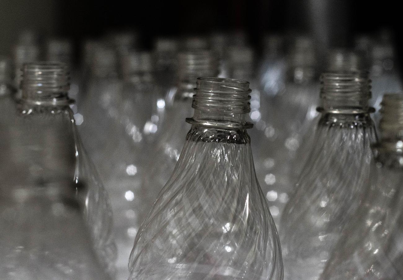 En contra de lo que la publicidad vende, el agua embotellada no es más sana.