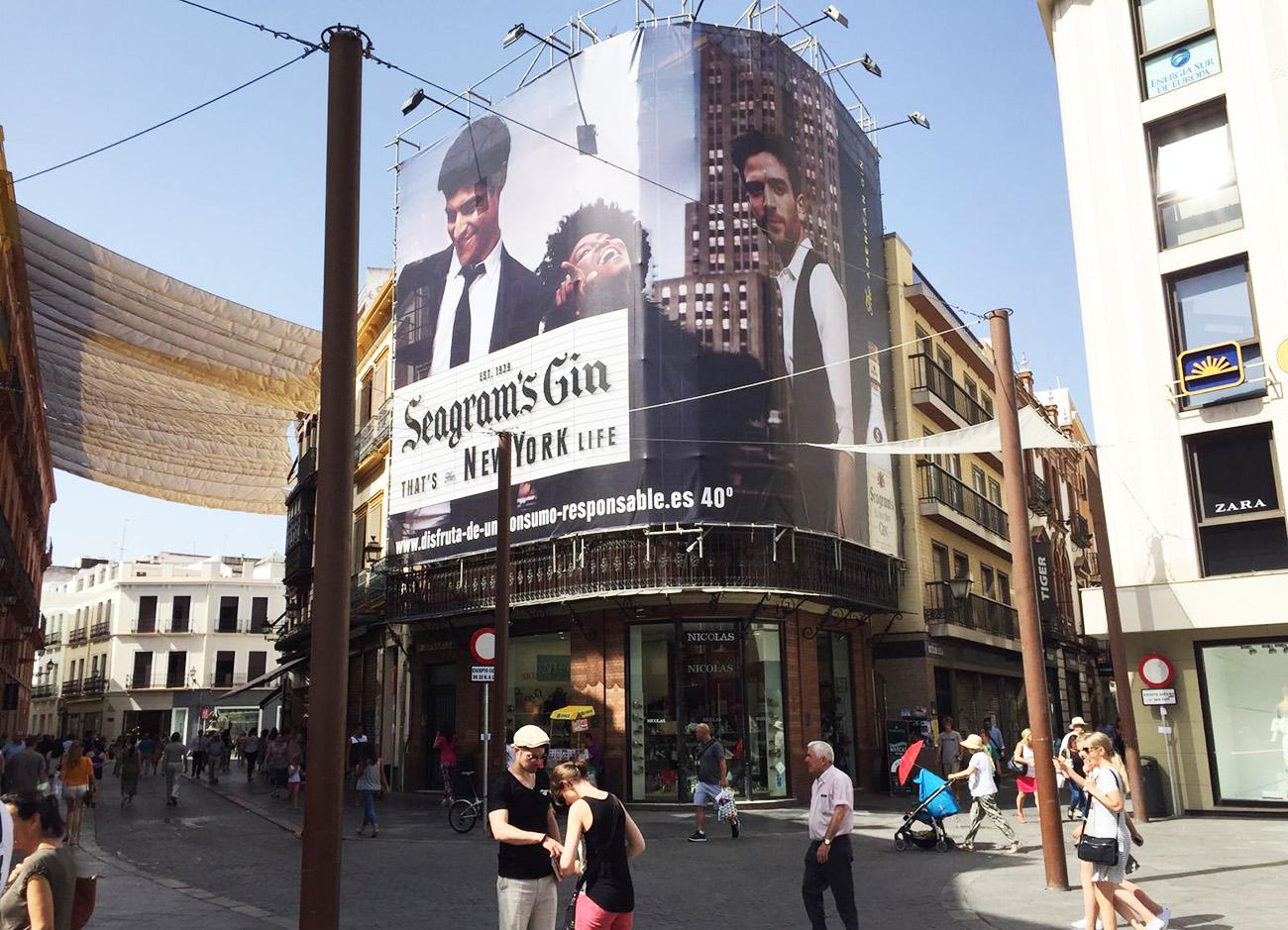 FACUA Sevilla pide transparencia sobre la multa por la lona publicitaria prohibida en el casco histórico