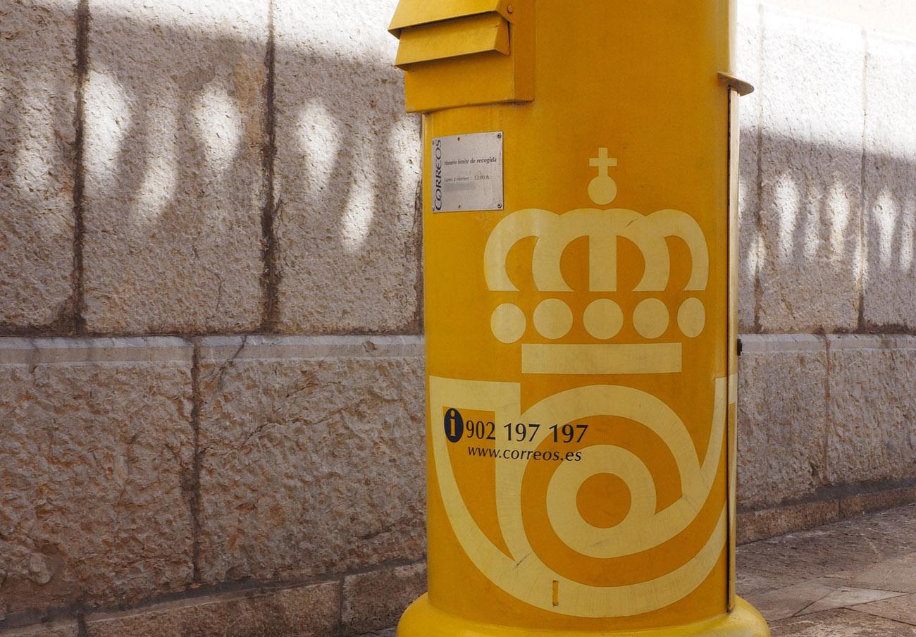 Correos incumplió el plazo de entrega de cartas fijado por ley el pasado año, según Competencia