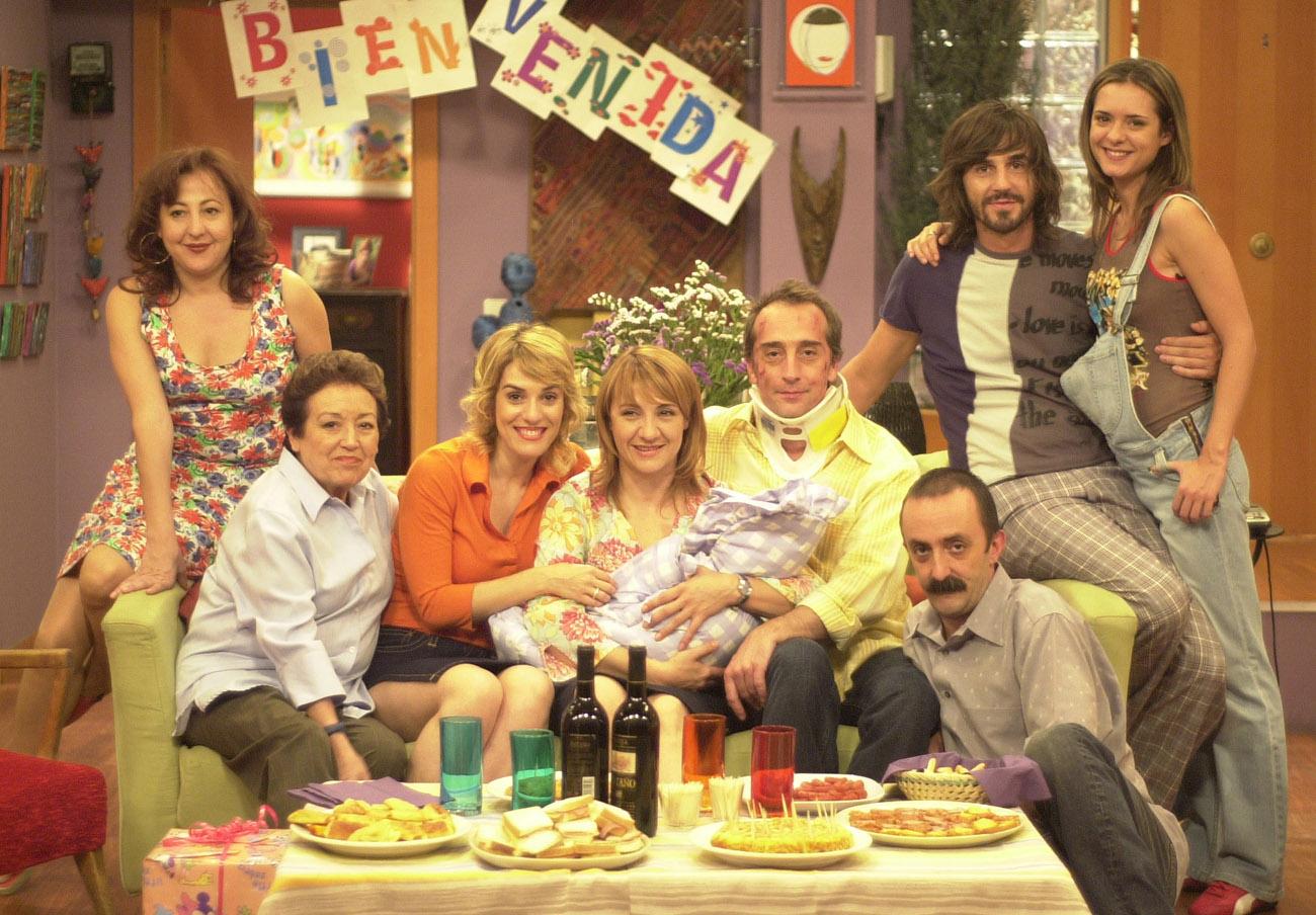 Santi Rodríguez -abajo, a la derecha- entre el elenco de actores de la serie '7 vidas'.