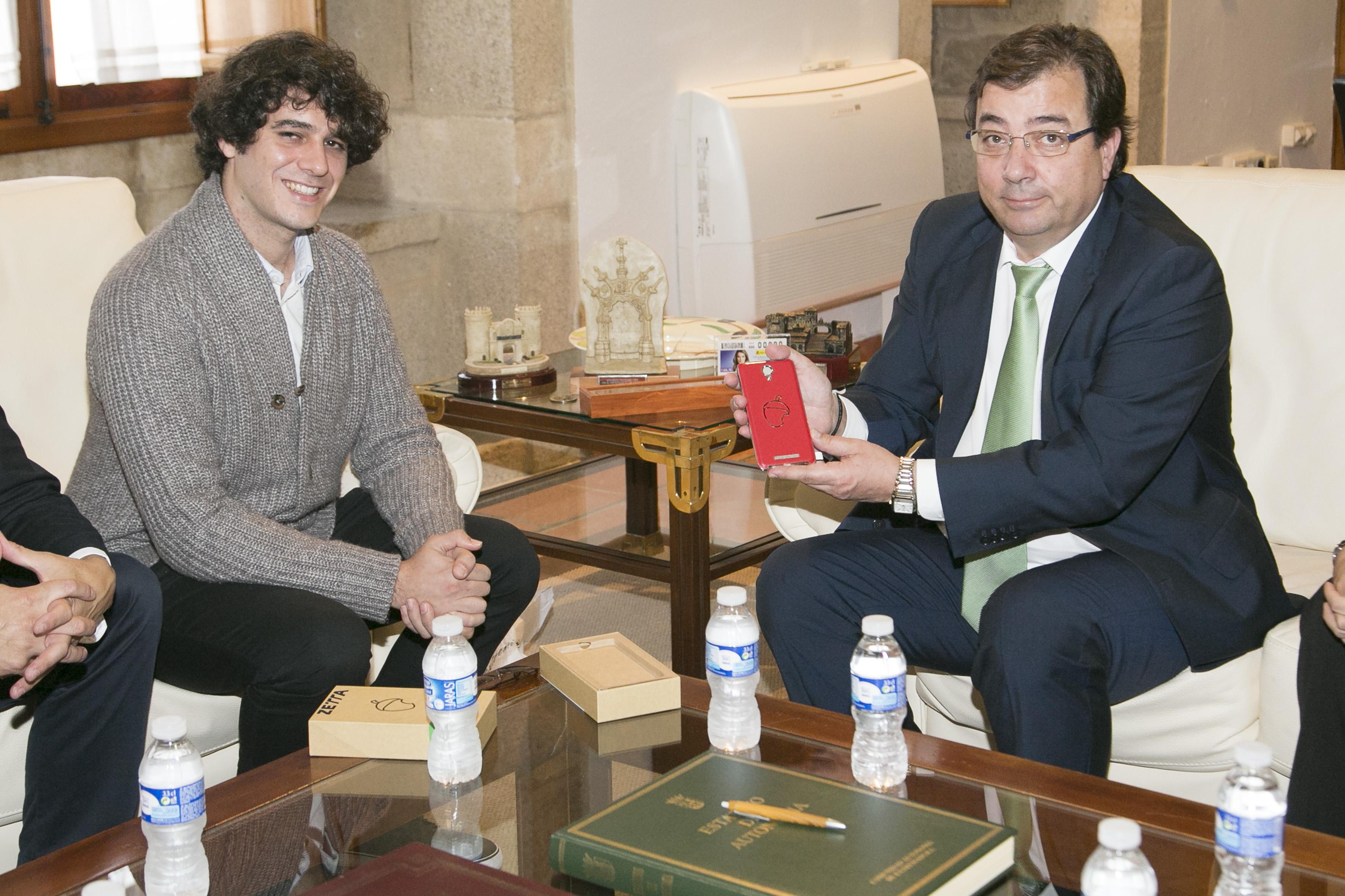 El presidente extremeño, Guillermo Fernández Vara, posa con su móvil Zetta junto a Unai Nieto, al que los medios presentaban como el Steve Jobs extremeño.