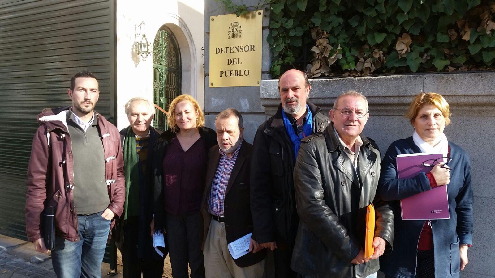Representantes de las organizaciones impulsoras de nomascortesdeluz.org con miembros del equipo del Defensor del Pueblo.