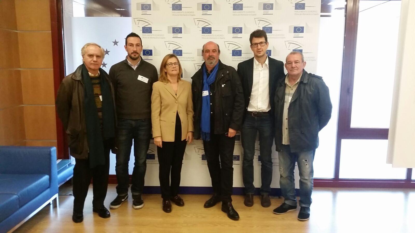 Representantes de los impulsores de nomascortesdeluz.org con la oficina de la Comisión Europea en España.