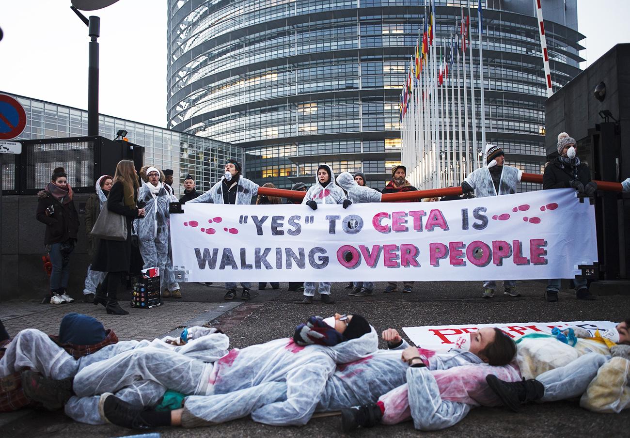 Protesta ante el Parlamento europeo el día en que se votó la aprobación del CETA. | Imagen: flickr.com_eci_ttip (CC BY-SA 2.0).