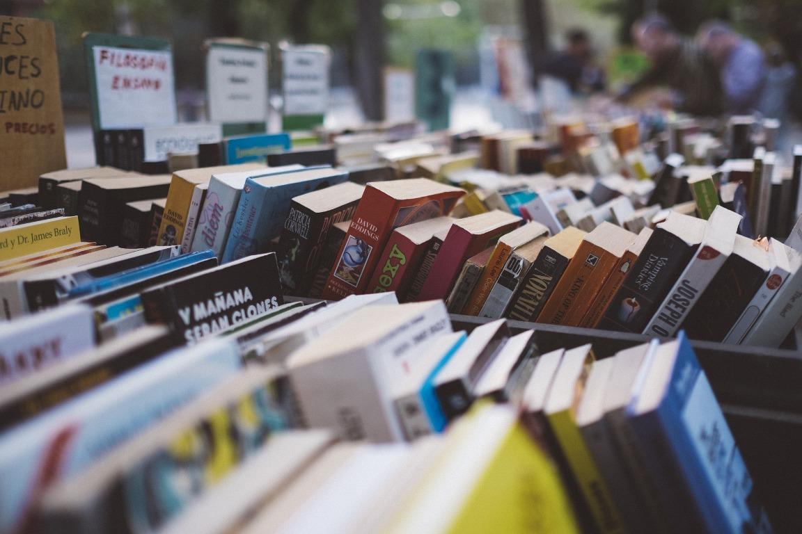 Un juez anula por fraude un contrato de venta de libros a domicilio a una socia de FACUA Madrid