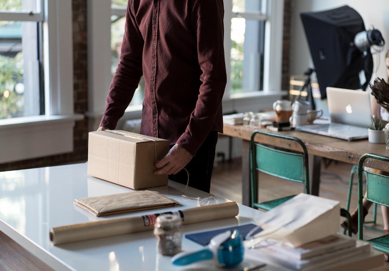 DHL, multada: se negó a entregar un envío si el usuario no pagaba el doble del precio y lo devolvió roto