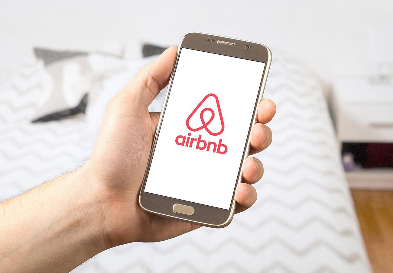 Barcelona tendrá los datos de los anunciantes en Airbnb para acabar con los pisos turísticos ilegales