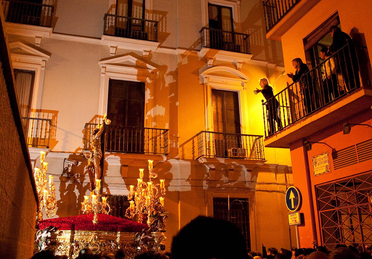 La Policía interviene en tres casos de alquiler ilegal de balcones en Sevilla para la Semana Santa