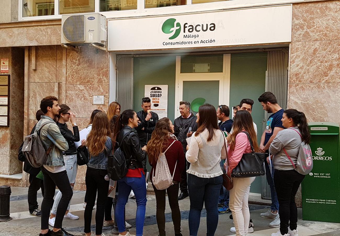 FACUA Málaga imparte una charla informativa sobre los derechos de los consumidores como turistas