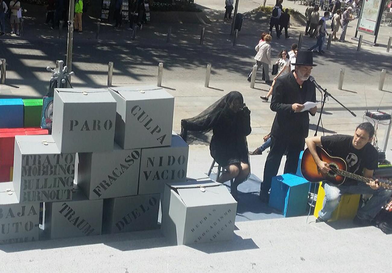 La Marea Blanca en Sevilla escenifica en las Setas los problemas sociales que rodean a la Depresión