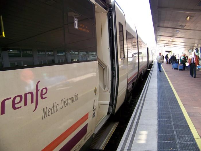 FACUA denuncia a Renfe por obligar a los usuarios a llamar a líneas 902 para consultas y reclamaciones