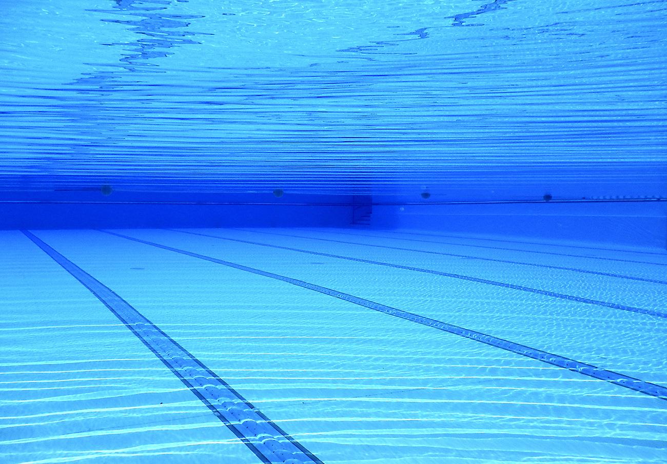 FACUA pide al Ayuntamiento de los Corrales de Buelna que confirme cuándo abrirá la piscina cubierta