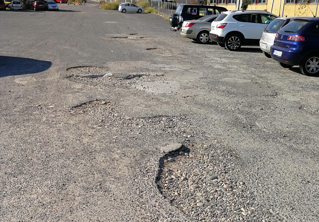 Estado en el que se encuentra actualmente el pavimento del parking del hospital Reina Sofía. | Imagen: FACUA Córdoba.