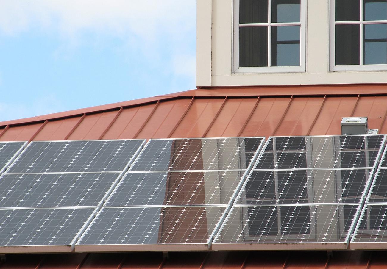 El TC tumba la prohibición de que varios vecinos puedan compartir generadores de energía para autoconsumo