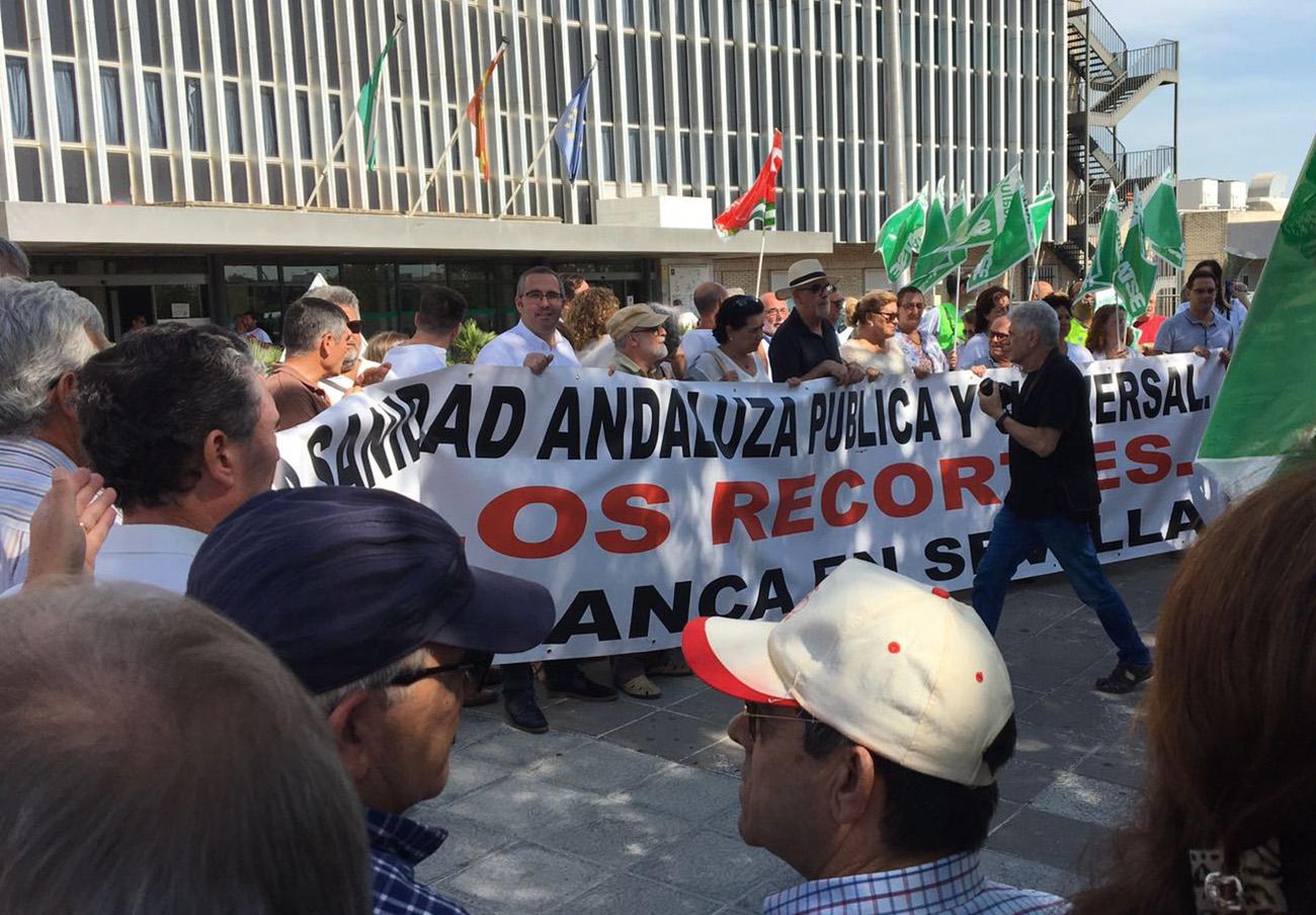 Éxito de la primera movilización convocada por Marea Blanca en Sevilla contra el colapso de las Urgencias
