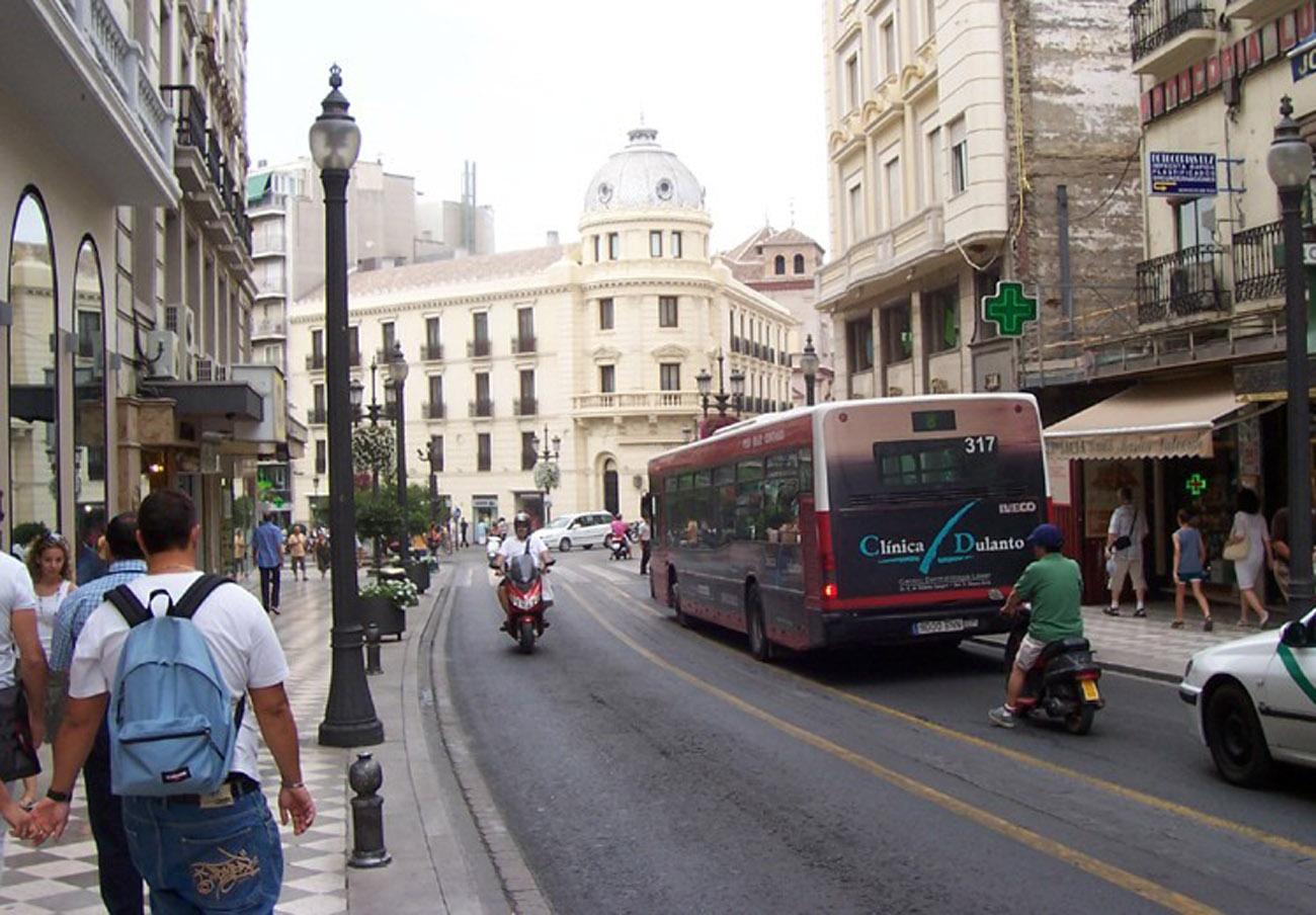 FACUA Granada denuncia los problemas generados tras los recortes en los horarios de los autobuses urbanos