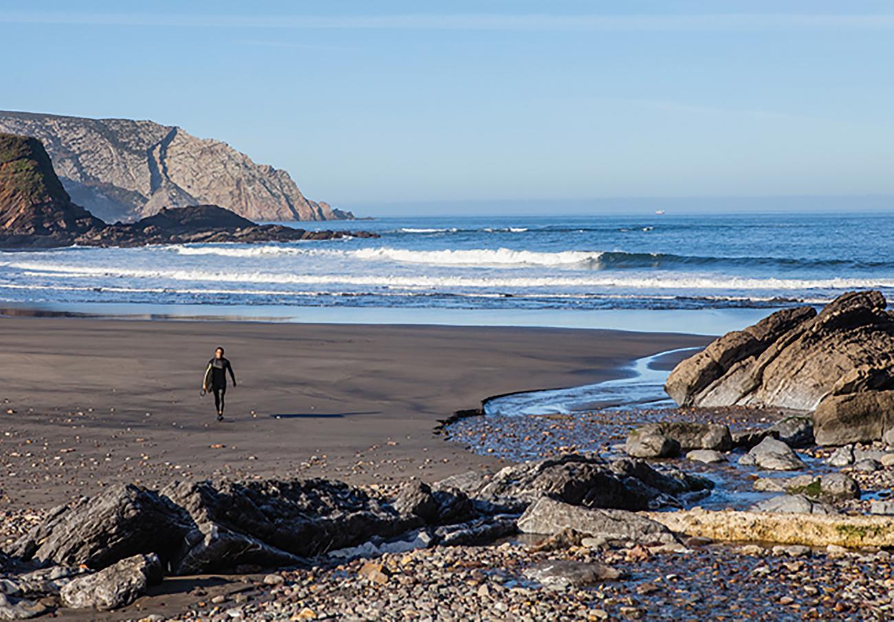 FACUA pregunta qué se va a hacer para que la playa asturiana de Bahínas vuelva a ser apta para el baño