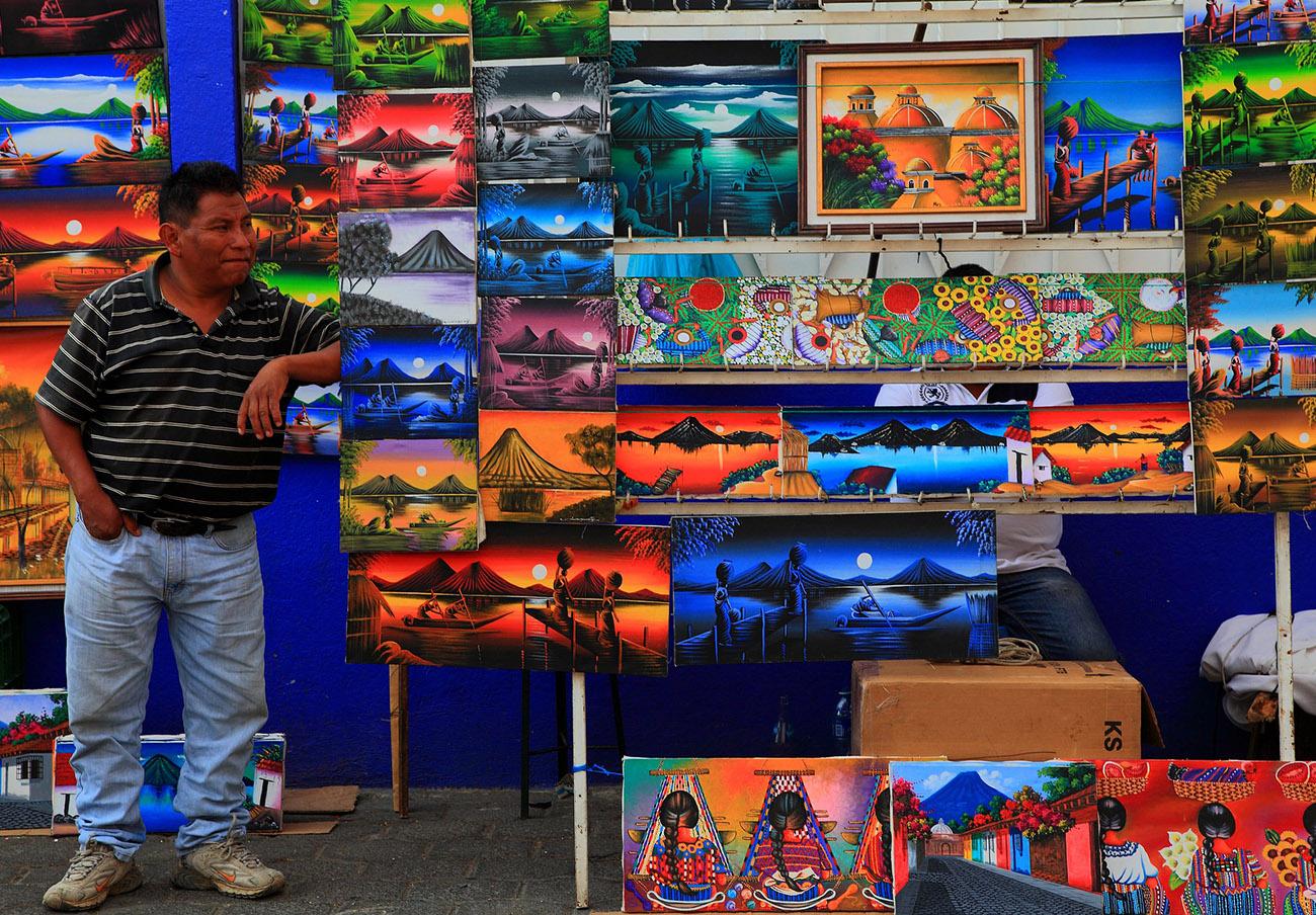 Un vendedor de pinturas en Guatemala.