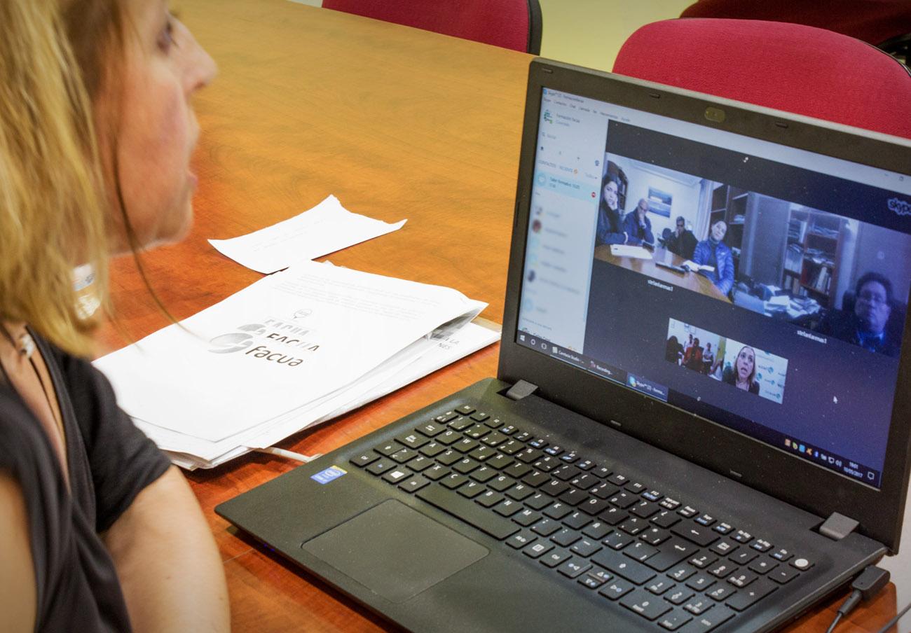 En la imagen, Olga Ruiz, secretaria general de FACUA, durante una de las formaciones del programa de transmisión de experiencias con América Latina.