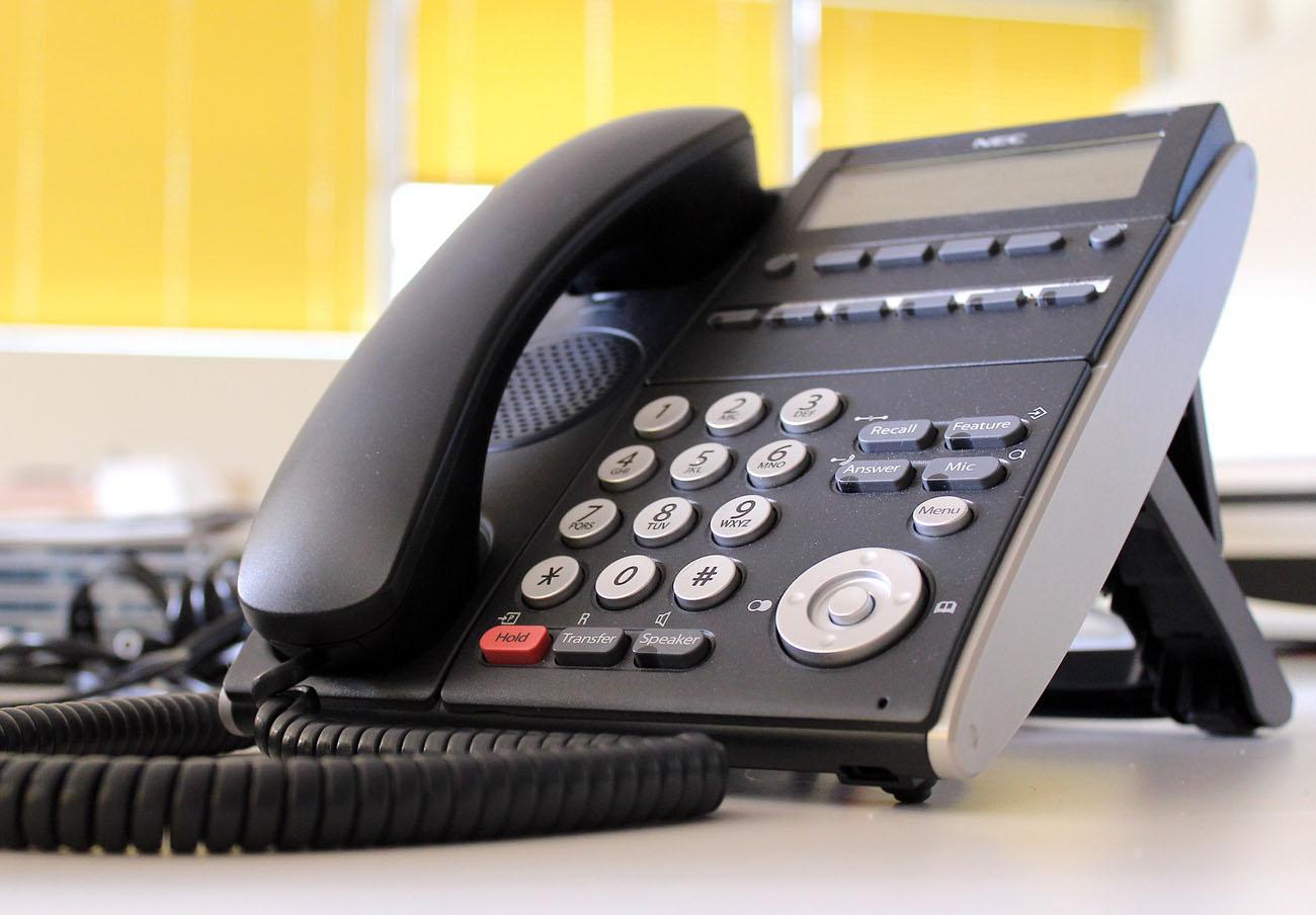 FACUA denuncia a 11 bancos por gestionar su atención al cliente con teléfonos de alto coste 901 y 902