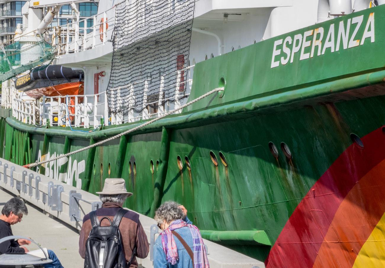 FACUA Galicia visita en A Coruña el buque de Greenpeace y apoya a la organización en sus reivindicaciones