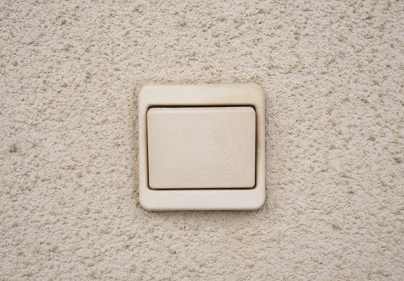 El Defensor del Pueblo recomienda aplicar un IVA reducido a la electricidad por ser un bien esencial