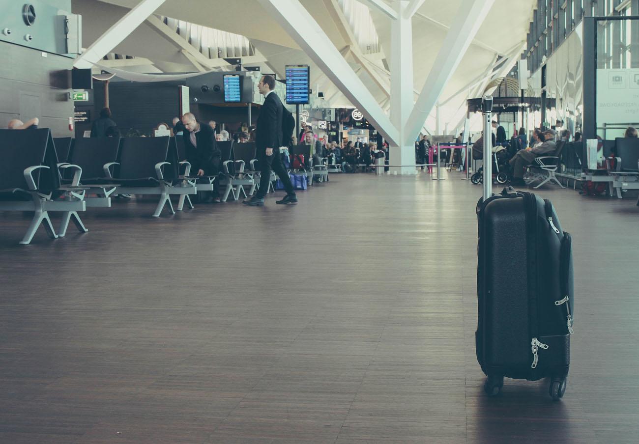 FACUA demanda a AENA que abra puntos para atender reclamaciones en los embarques de los aeropuertos
