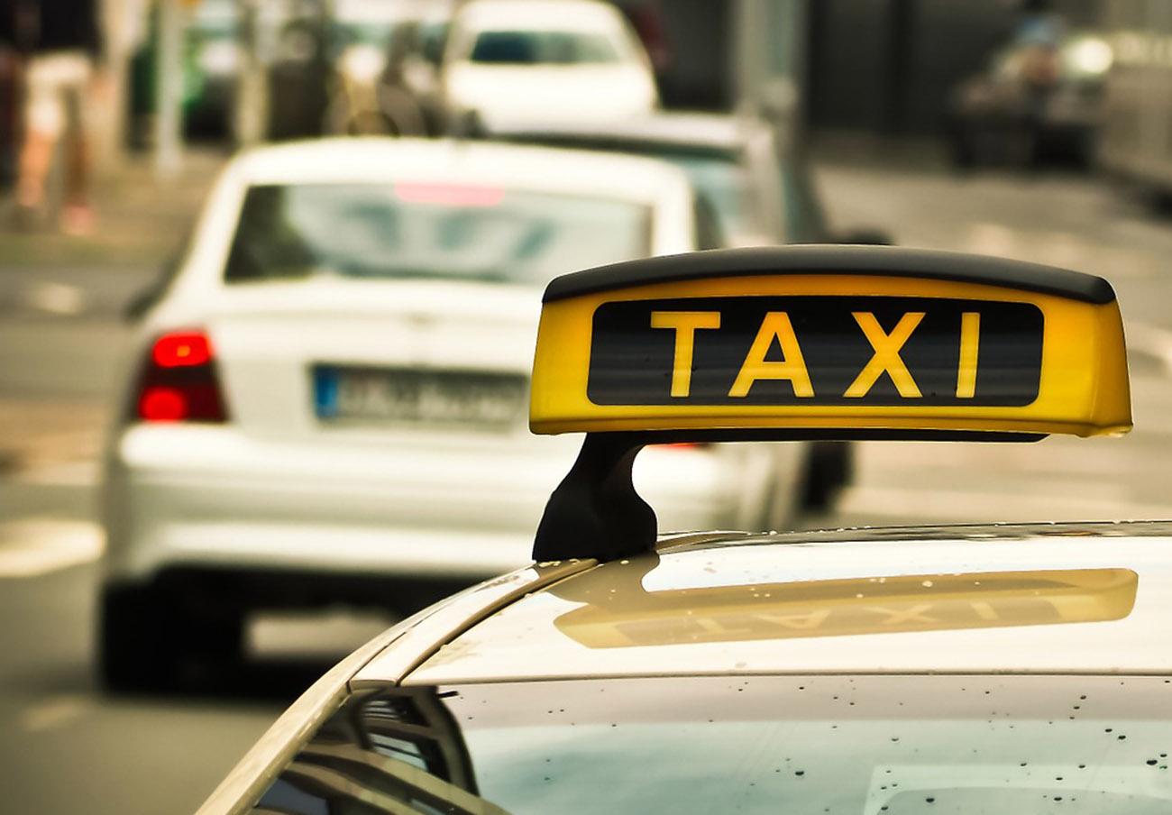 FACUA Córdoba denuncia una subida de hasta el 131% en la bajada de bandera de los taxis de 7 o 9 plazas
