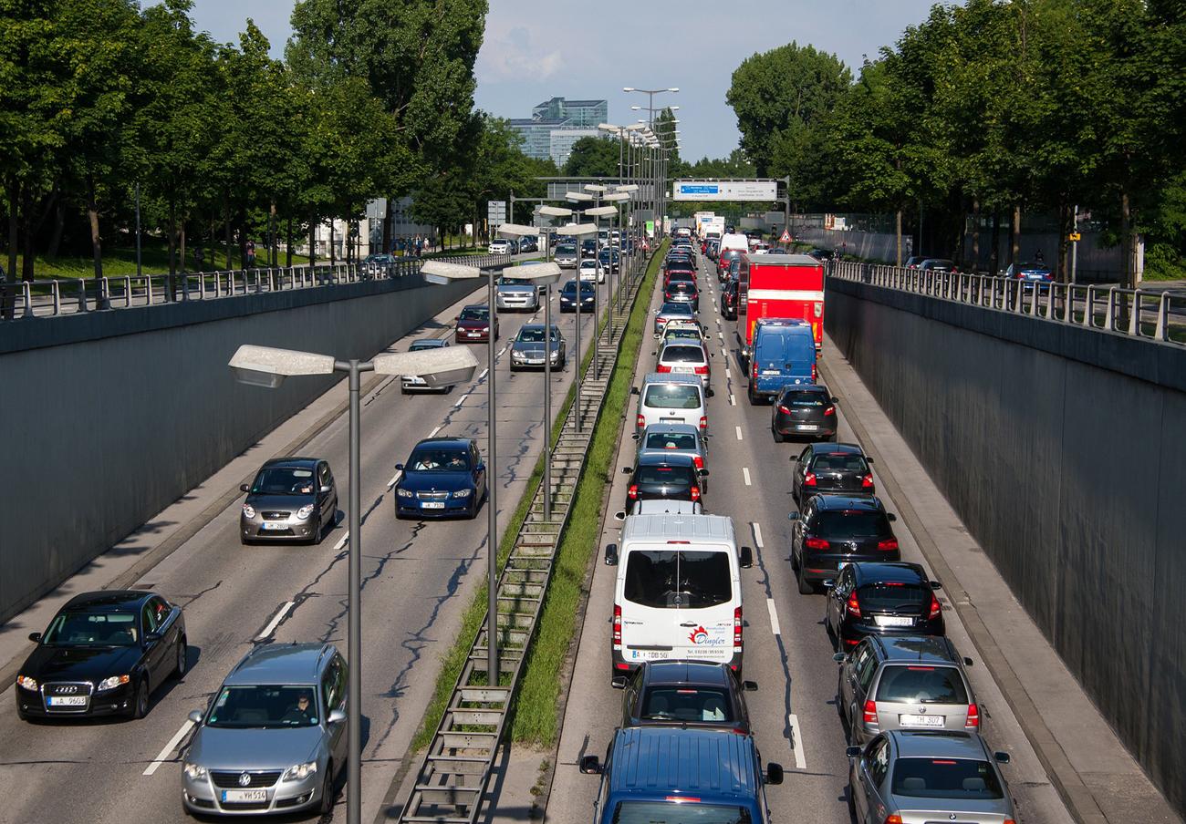 Barcelona multará con 100 euros a los coches sin pegatina de la DGT que circulen en días de contaminación