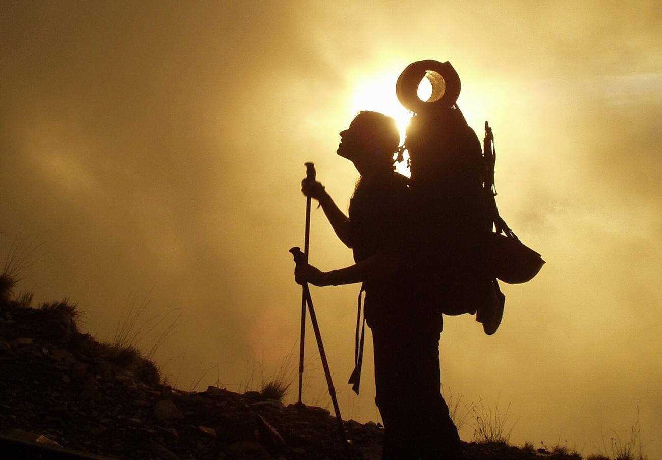 FACUA alerta de la retirada de unos bastones de senderismo de Decathlon