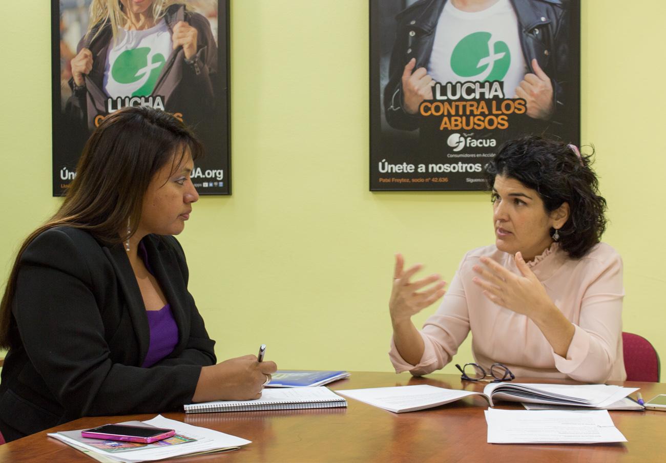 Rocío Algeciras, directiva de FACUA y responsable del Departamento de Reclamaciones de la asociación, mientras hablaba con Julissa A. Manrique. | Imagen: Lydia López.