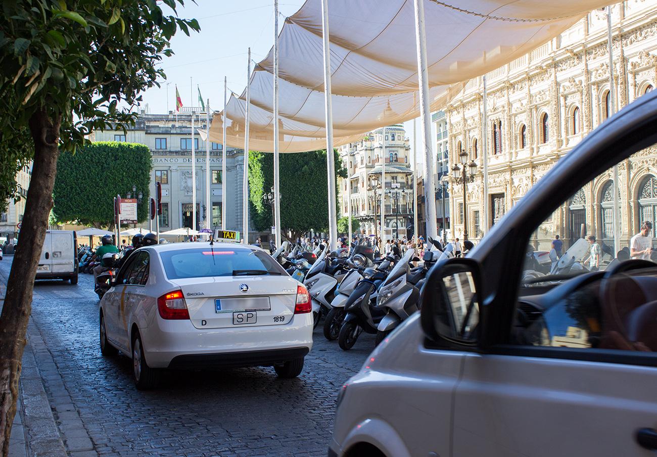 FACUA y CCOO Andalucía instan a la Junta a incluirlas en las negociaciones sobre el taxi y las VTC