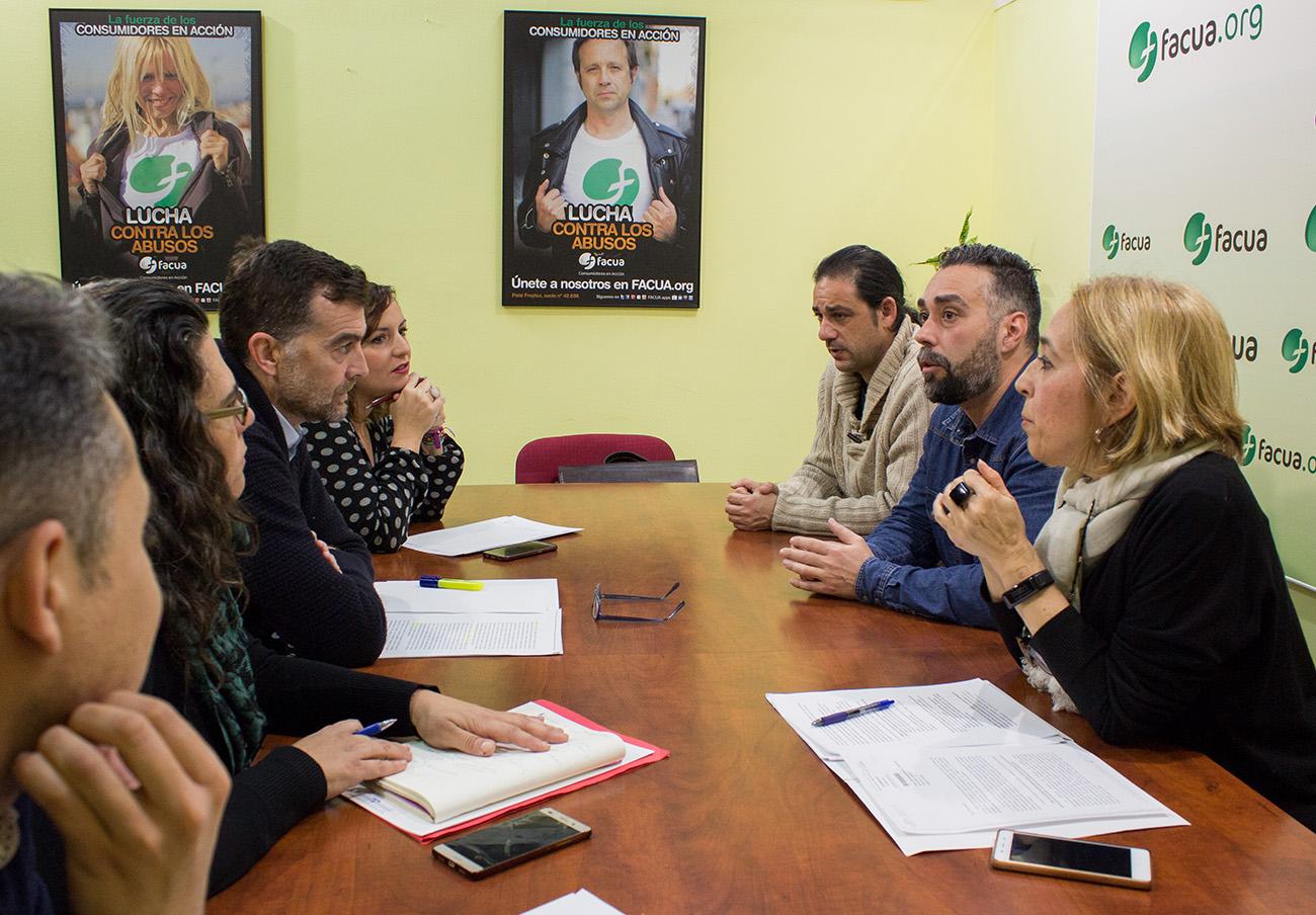 Momento de la reunión de FACUA Andalucía con Izquierda Unida. | Imagen: Lydia López.
