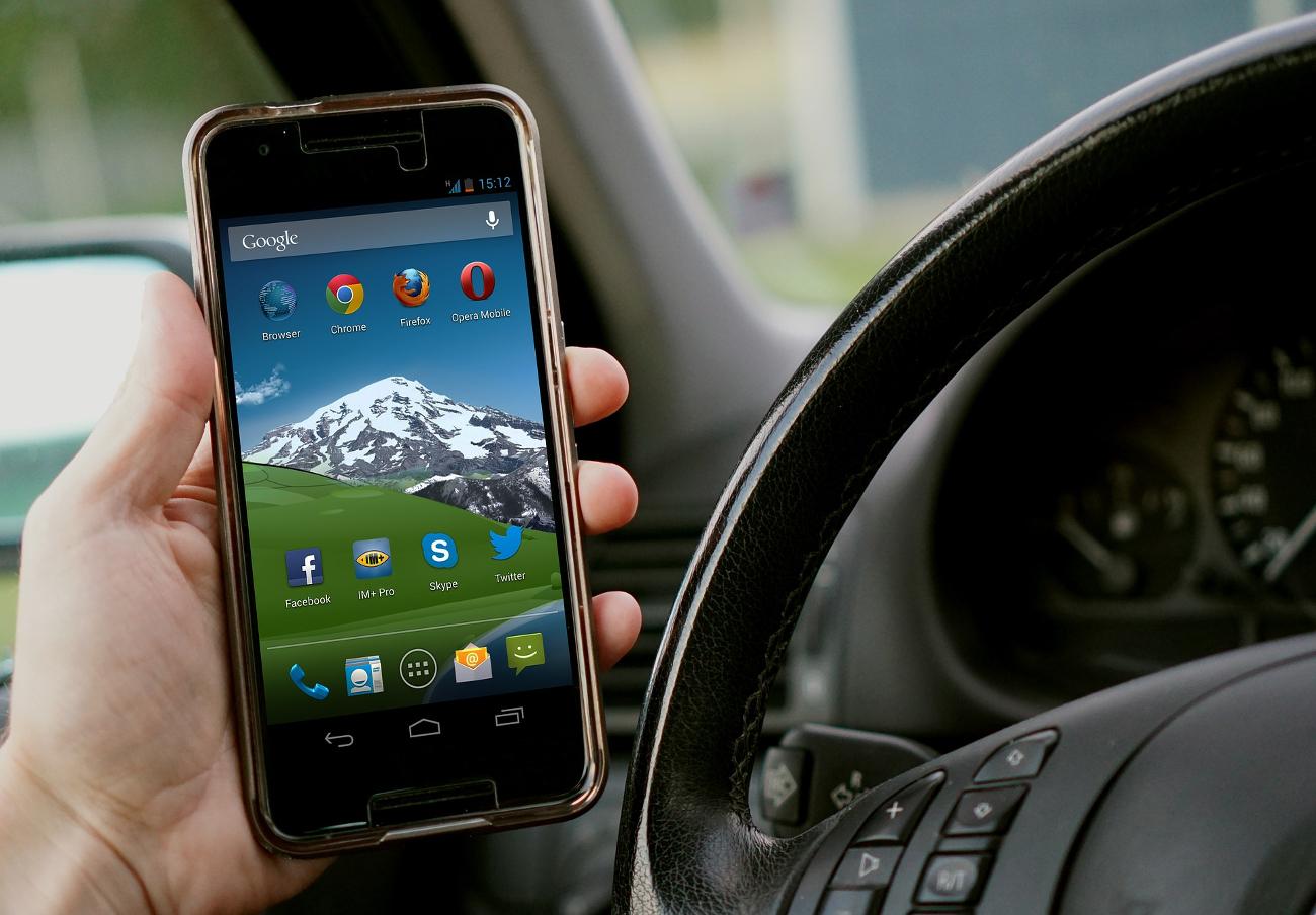 Francia prohíbe utilizar el teléfono móvil en los vehículos, incluso estando detenidos