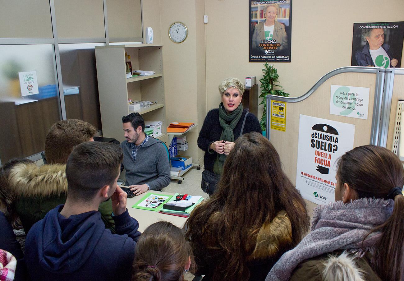 FACUA Sevilla enseña a alumnos de la Fundación Dolores Sopeña el funcionamiento de la asociación